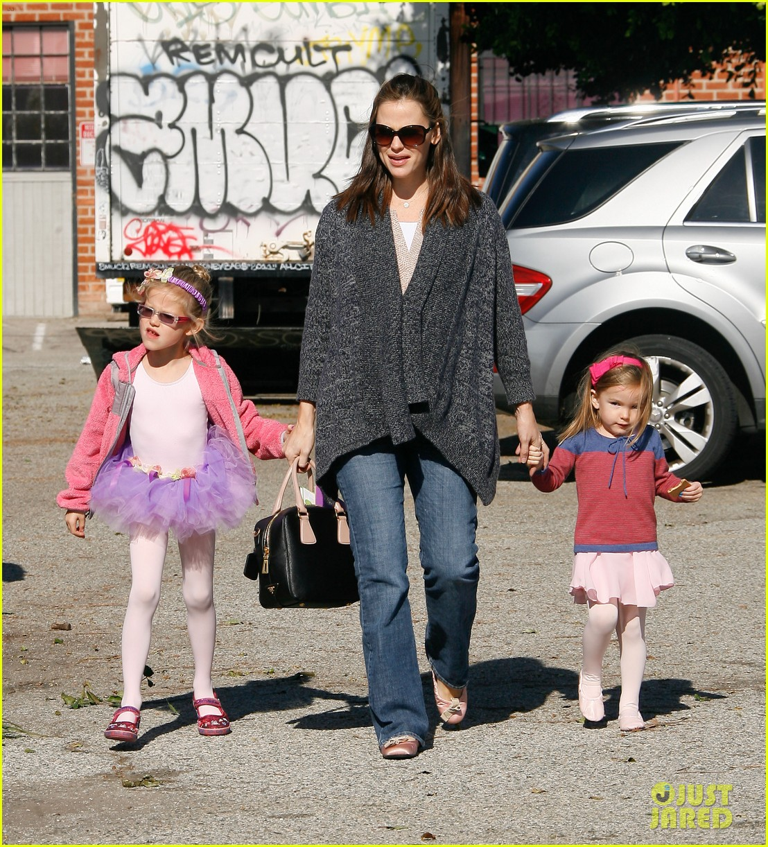 jennifer garner leaves ballet class with the girls 242606348