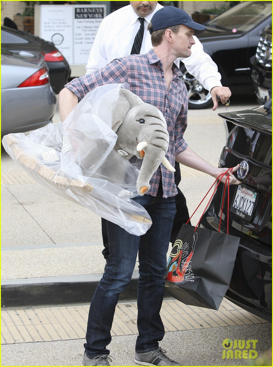 neil patrick harris christmas shopping in beverly hills 012611318