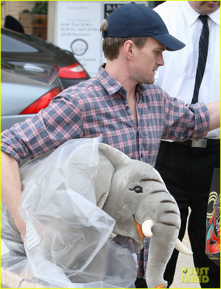 neil patrick harris christmas shopping in beverly hills 022611319