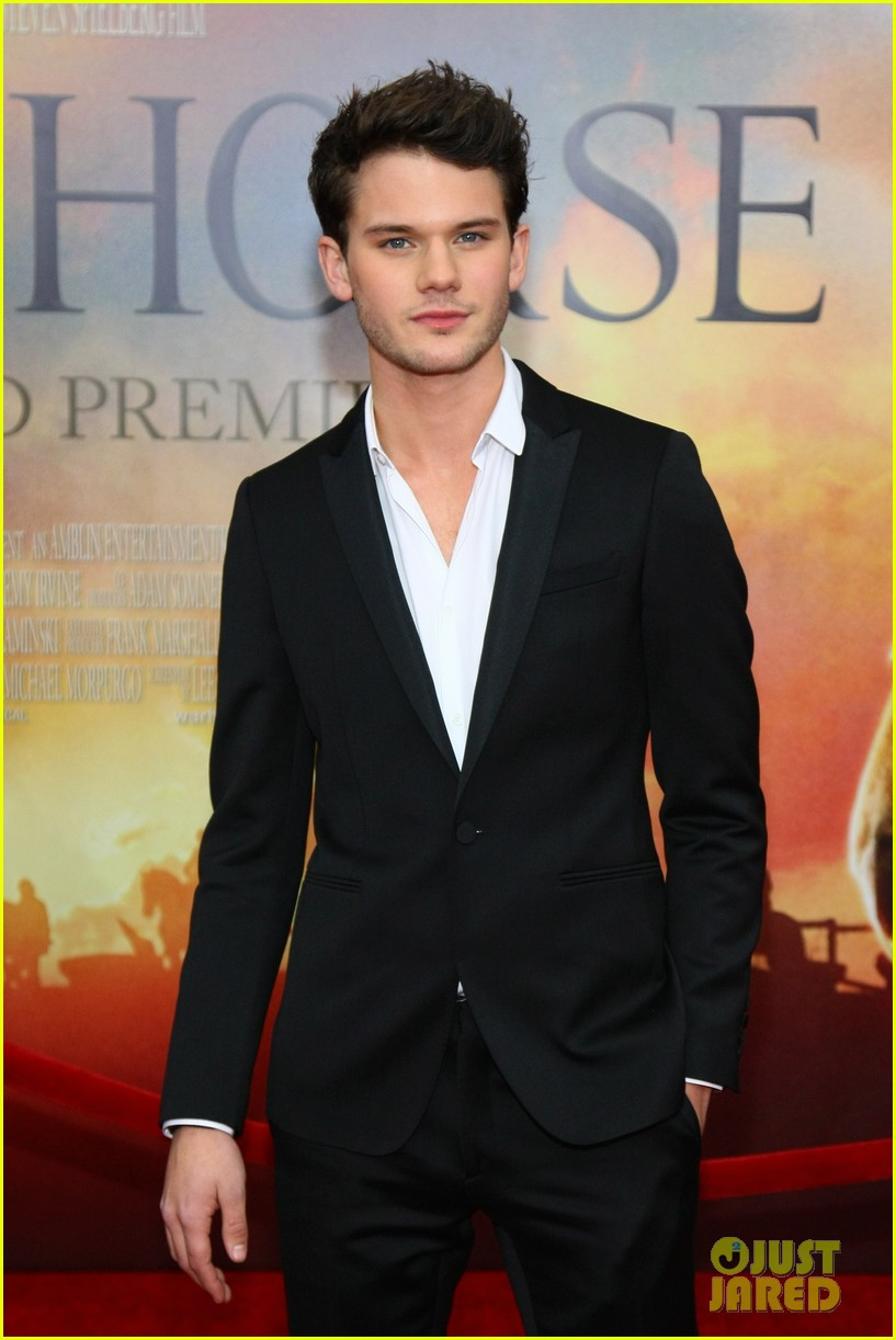 tom hiddleston jeremy irvine war horse 052606601