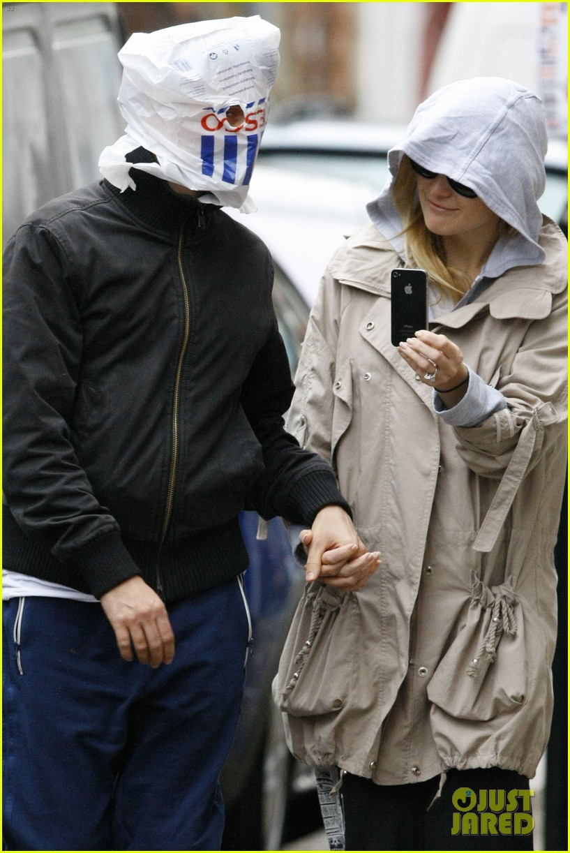 kate hudson matt bellamy plastic bag cover up 012605752