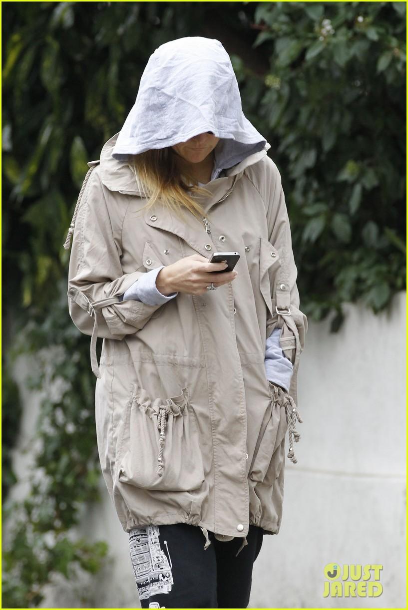 kate hudson matt bellamy plastic bag cover up 052605756
