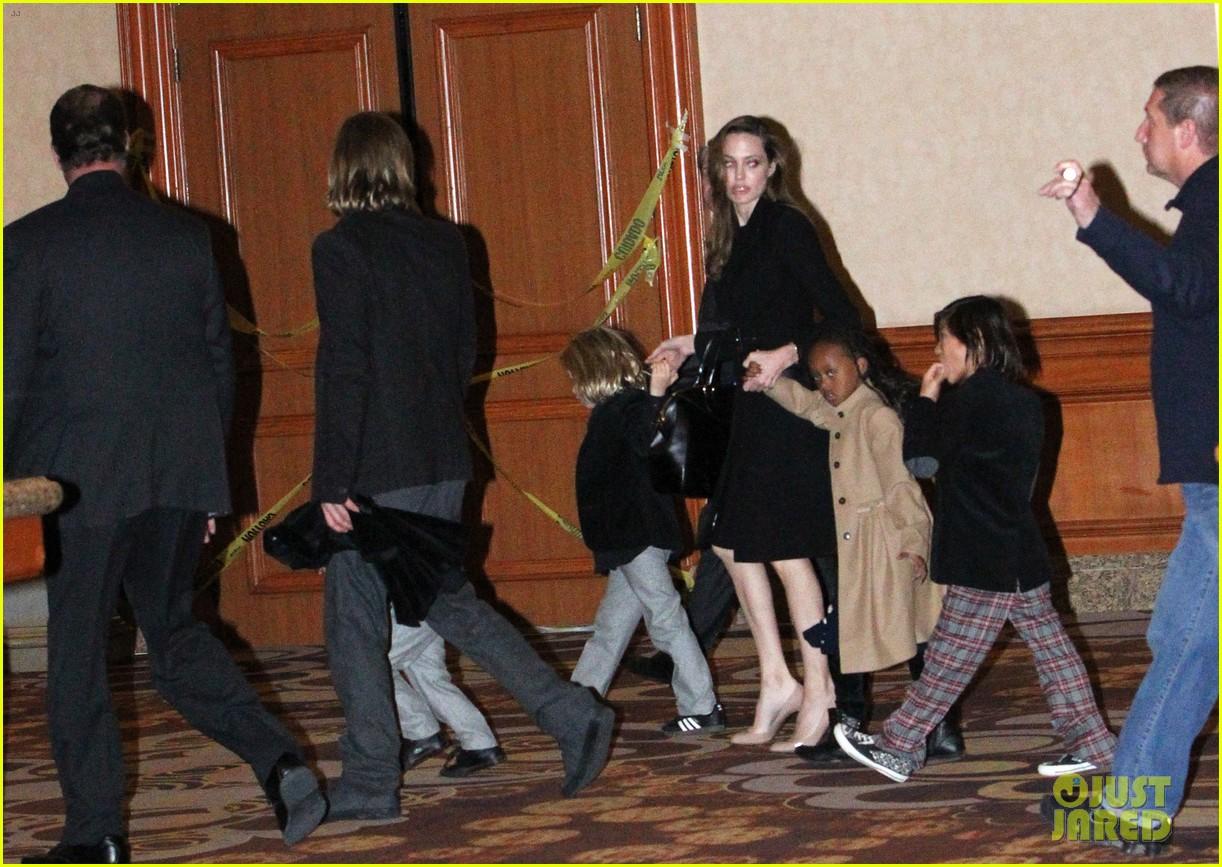angelina jolie brad pitt cirque du soleil with the kids 012610853