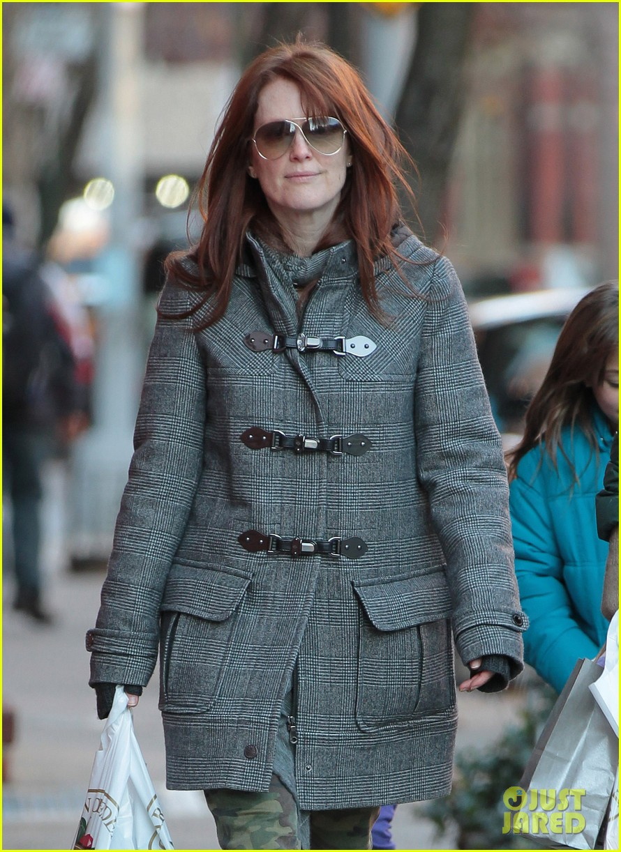 julianne moore grocery shops 03