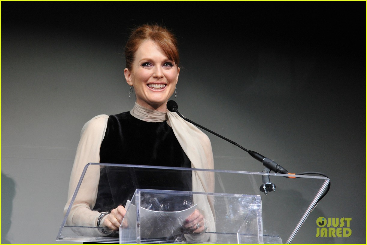 julianne moore pirelli 032607668