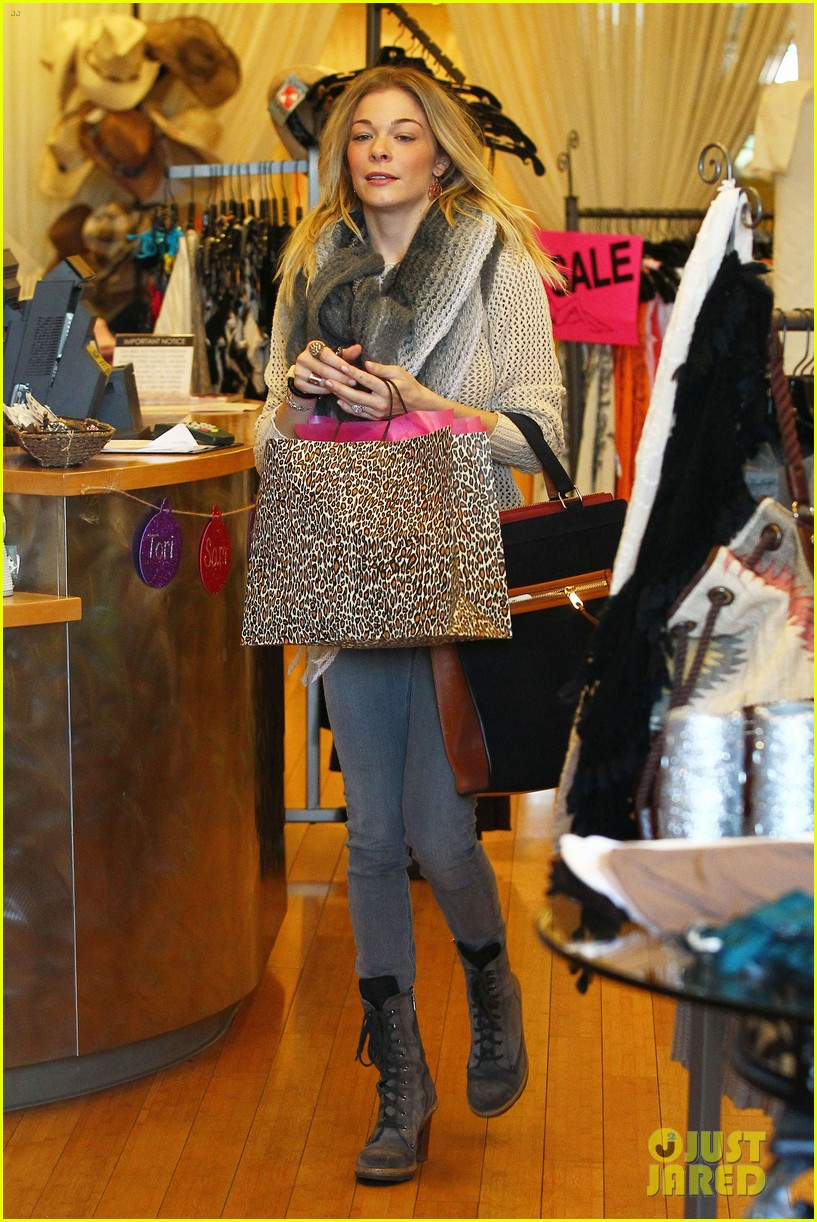 leann rimes shops for a hat 09