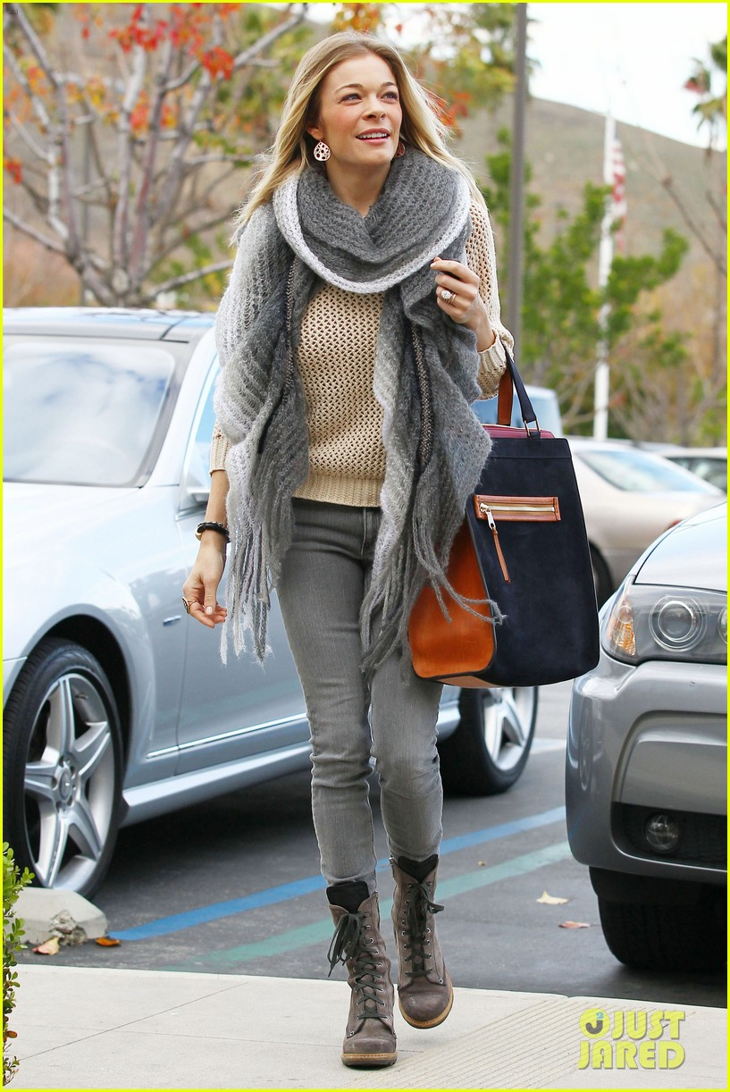 leann rimes shops for a hat 182610801