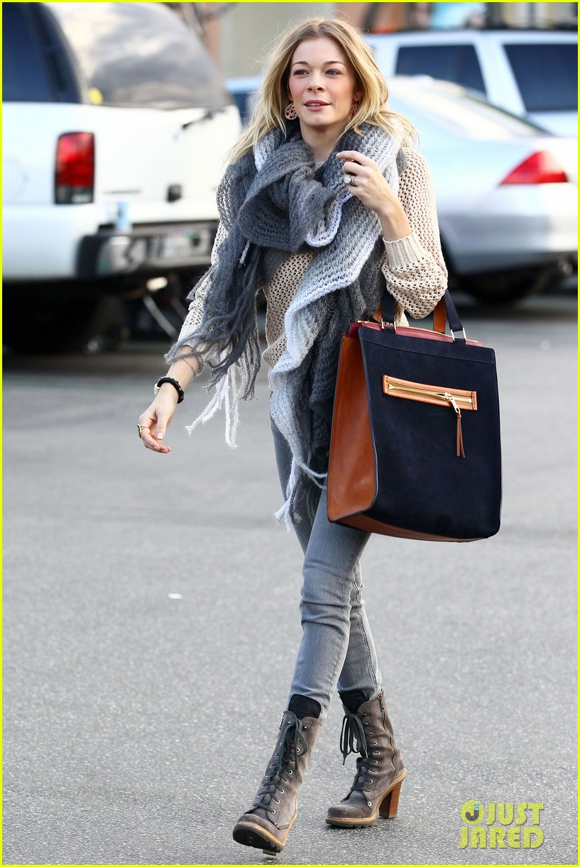 leann rimes shops for a hat 24