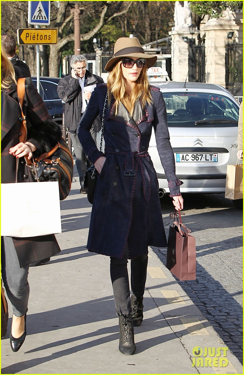 rosie huntington whiteley paris train station 01