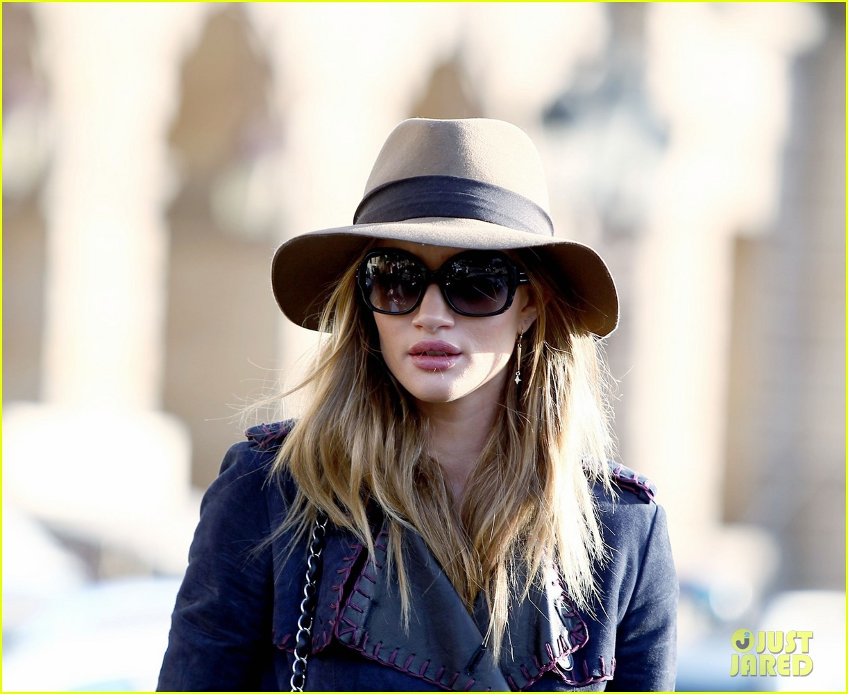 rosie huntington whiteley paris train station 032605775