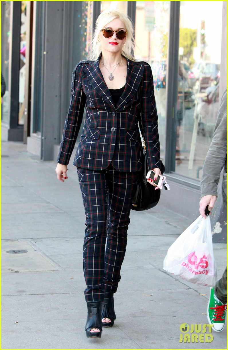 gwen stefani plaid lady in west hollywood 012611684