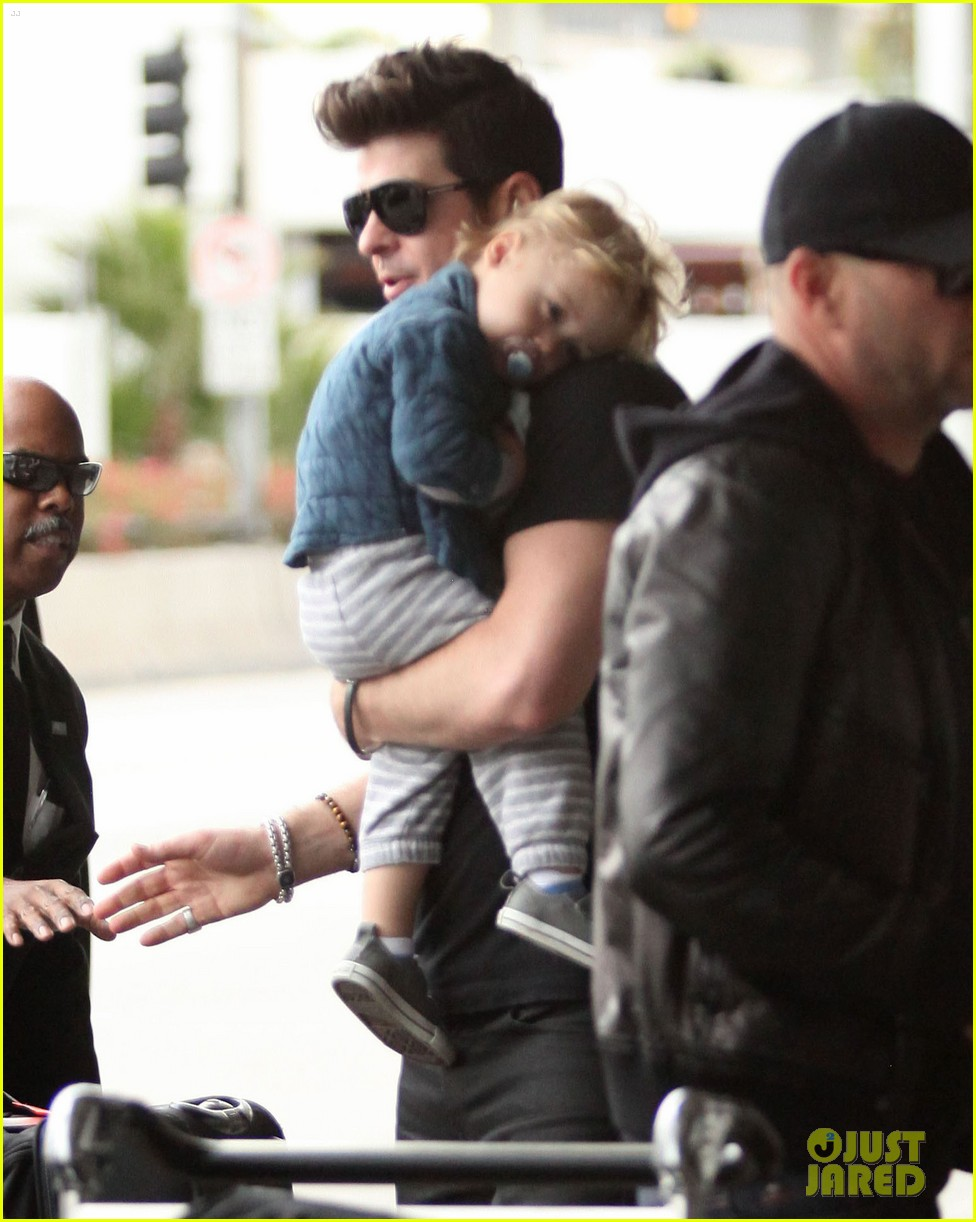 robin thicke julian airport 02