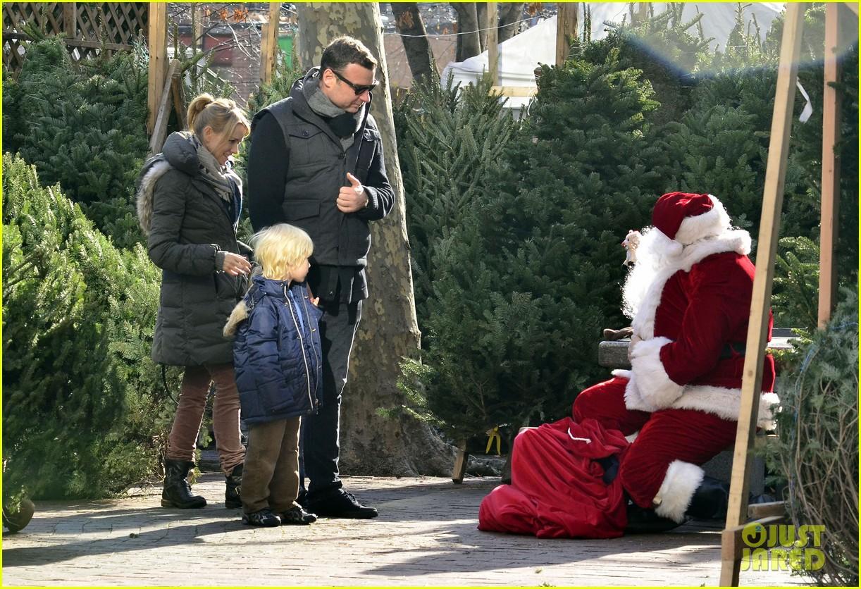 naomi watts family christmas tree shopping 032606900 - Christmas Tree Shopping