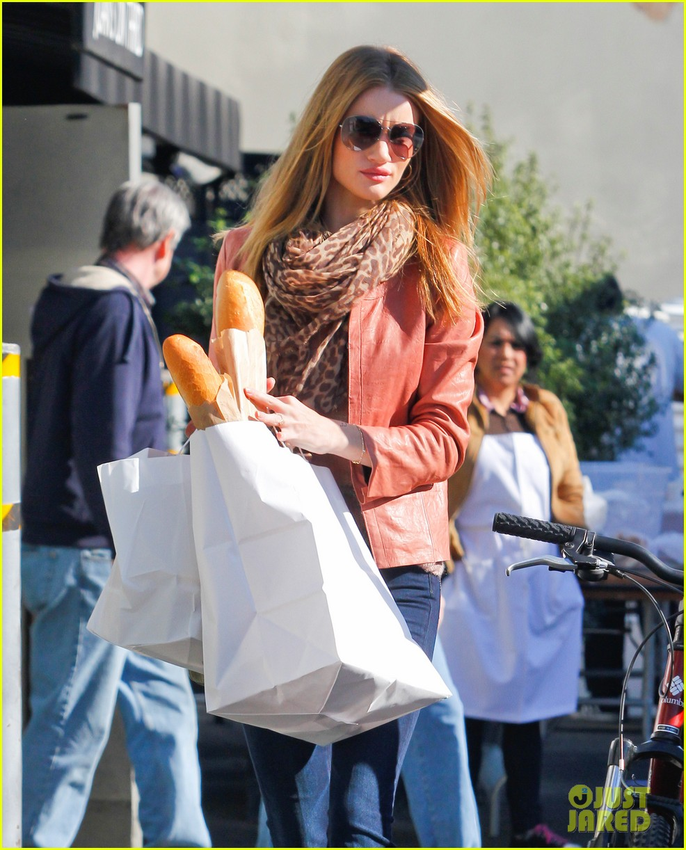 rosie huntington whiteley prepares for christmas dinner 02
