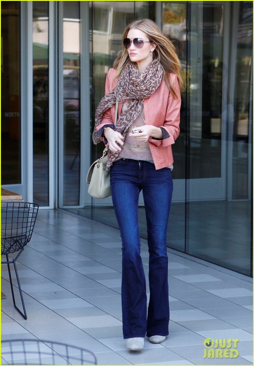 rosie huntington whiteley prepares for christmas dinner 09