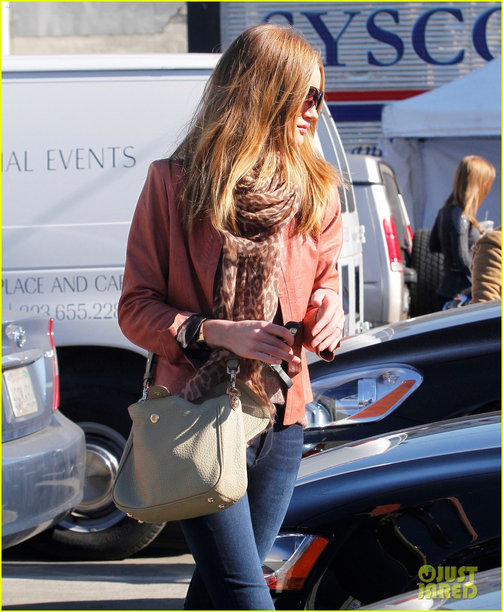 rosie huntington whiteley prepares for christmas dinner 14