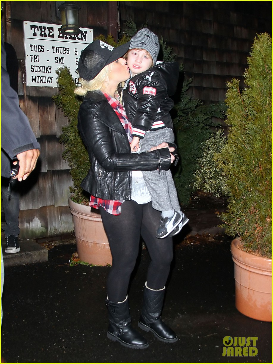 christina aguilera kisses for max in new jersey 022613924