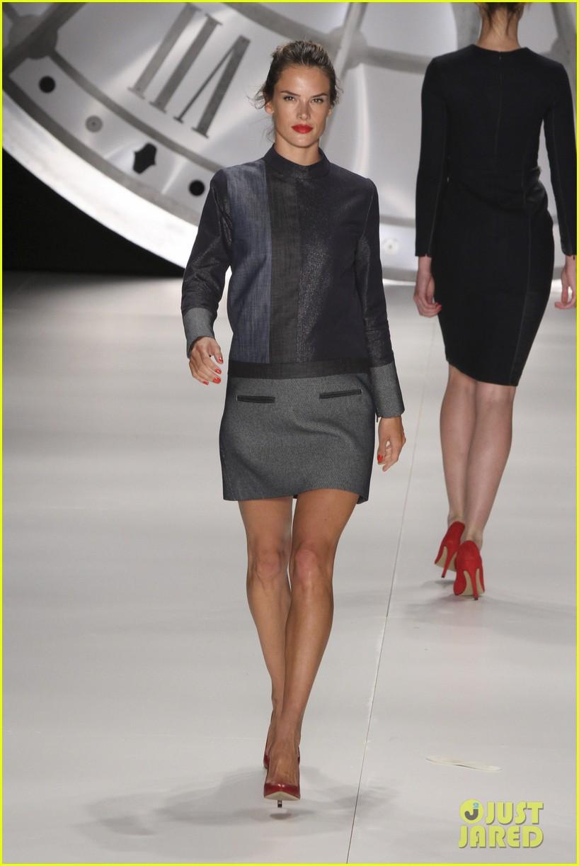 alessandra ambrosio colcci fashion show 012620986