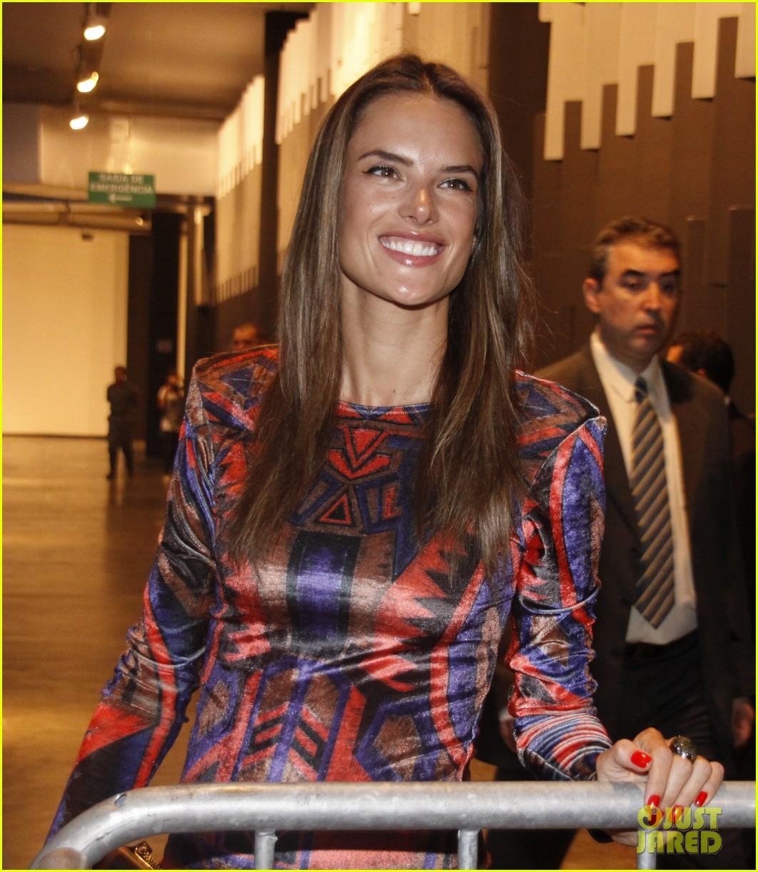 alessandra ambrosio colcci fashion show 072620992
