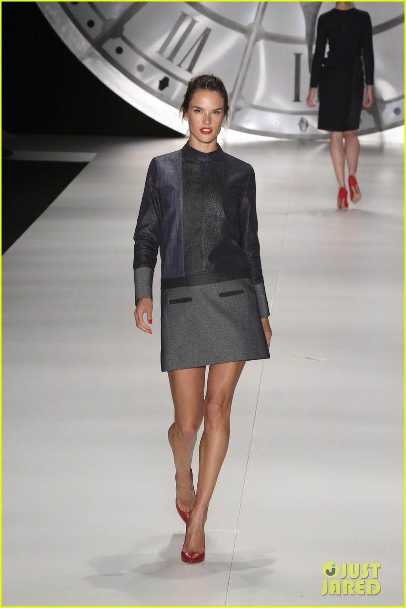 alessandra ambrosio colcci fashion show 12