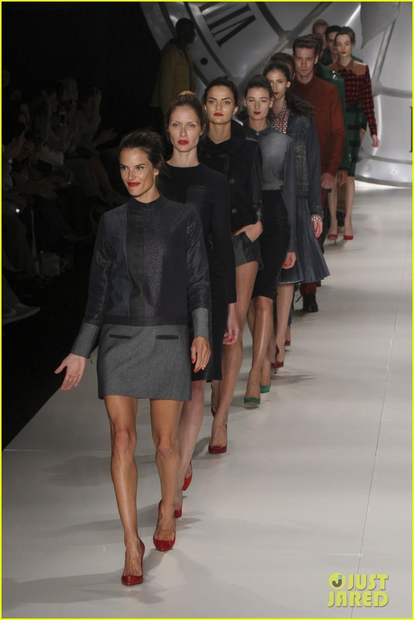 alessandra ambrosio colcci fashion show 16