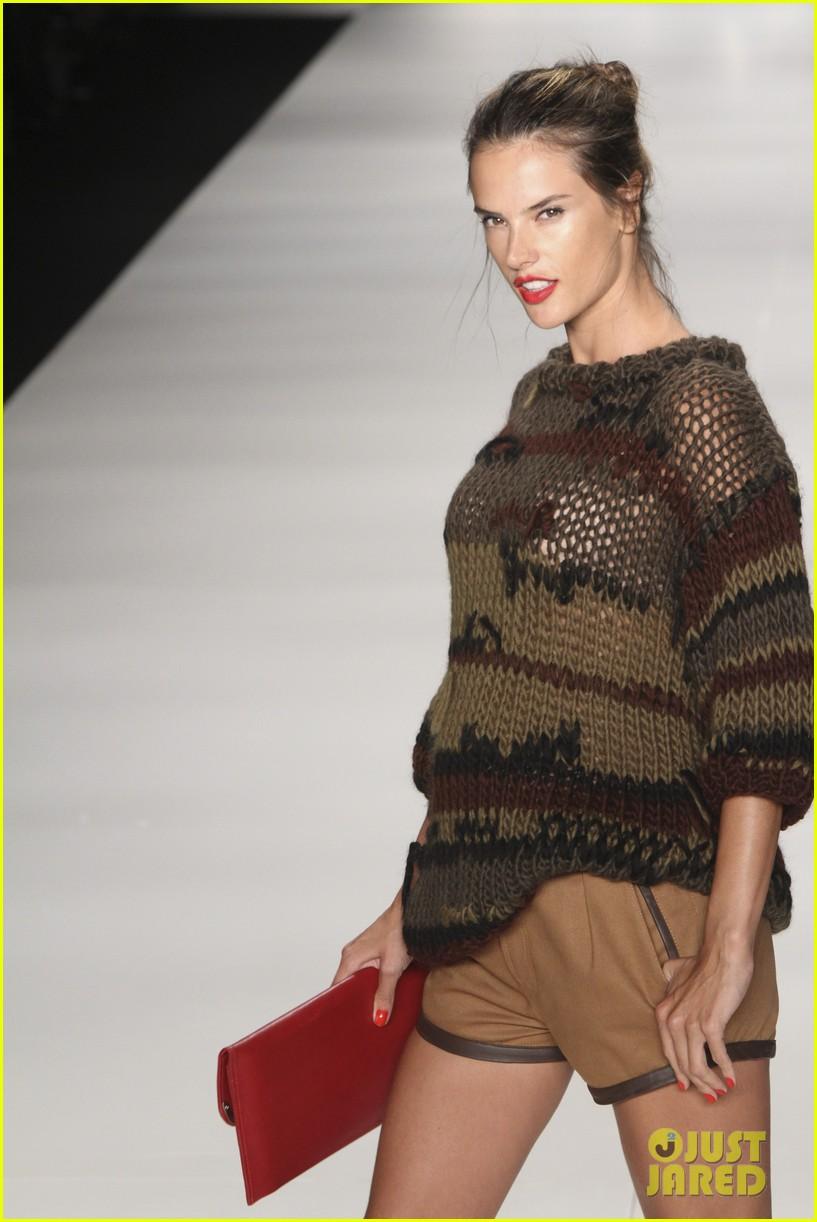 alessandra ambrosio colcci fashion show 23