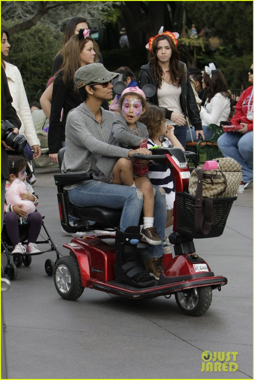 halle berry scooter disneyland 12