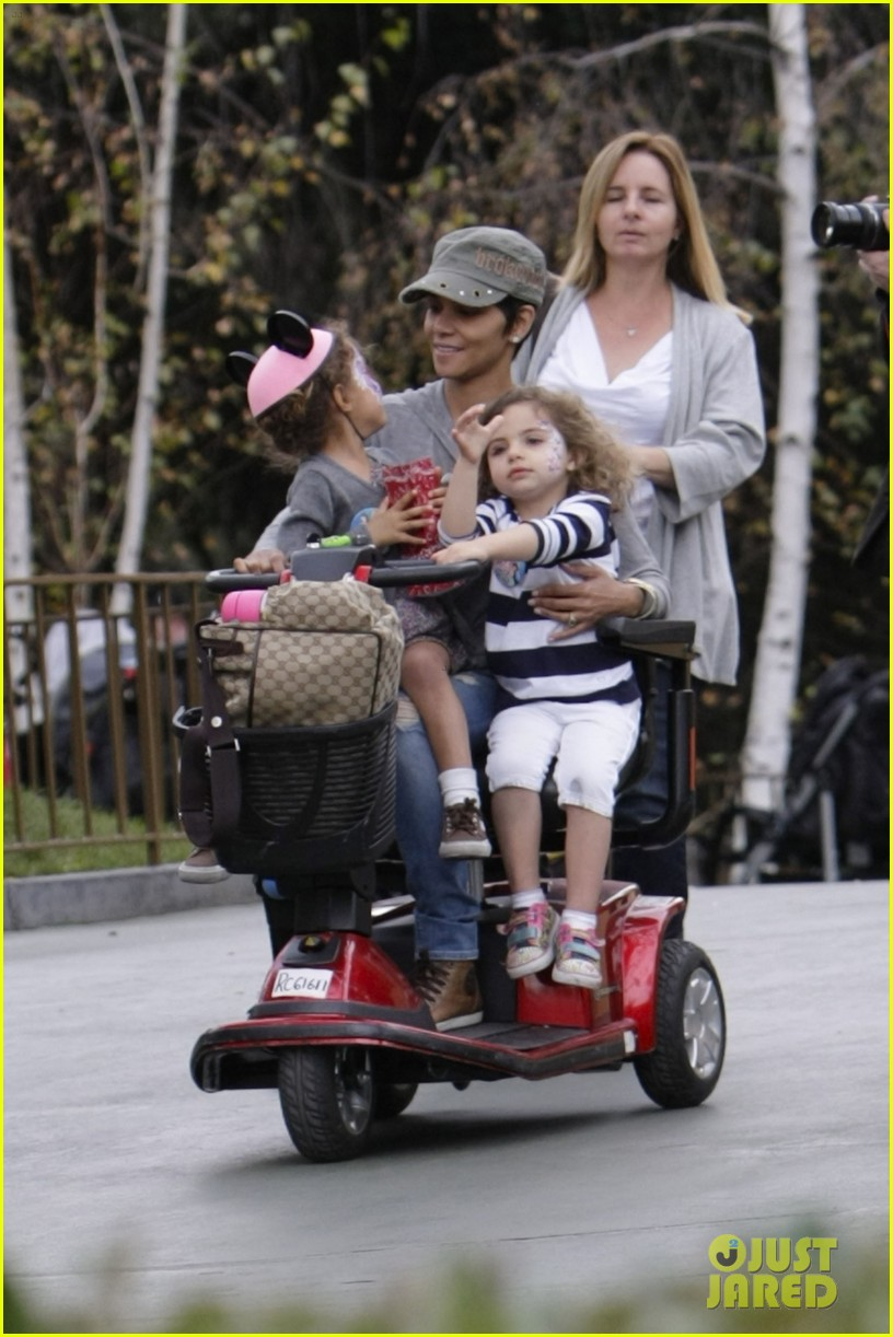 halle berry scooter disneyland 15