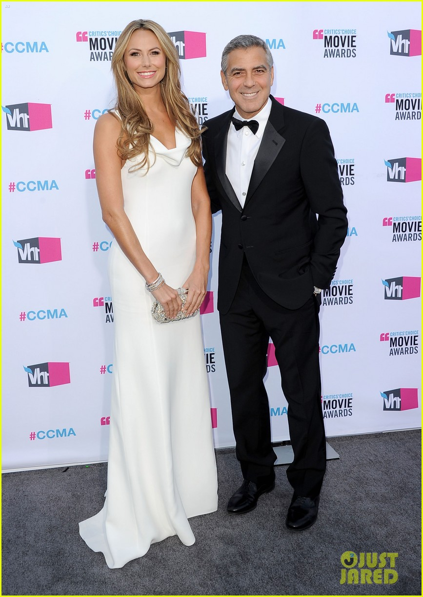 george clooney stacy keibler 2012 critics choice awards 032617019