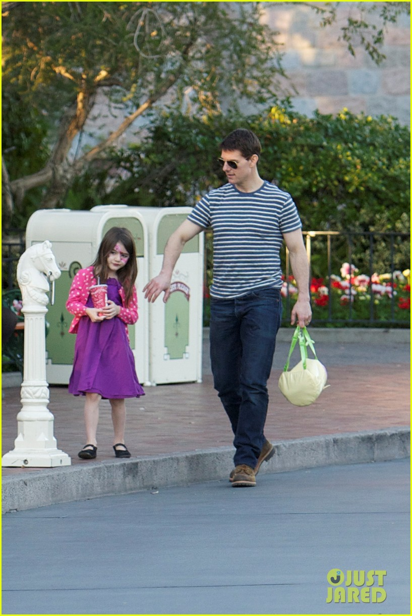 tom cruise suri disneyland 03