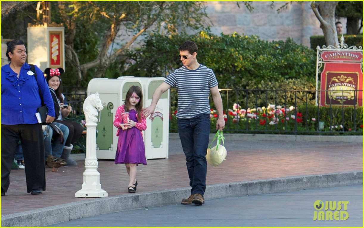 Full Sized Photo of tom cruise suri disneyland 10 | Photo ...
