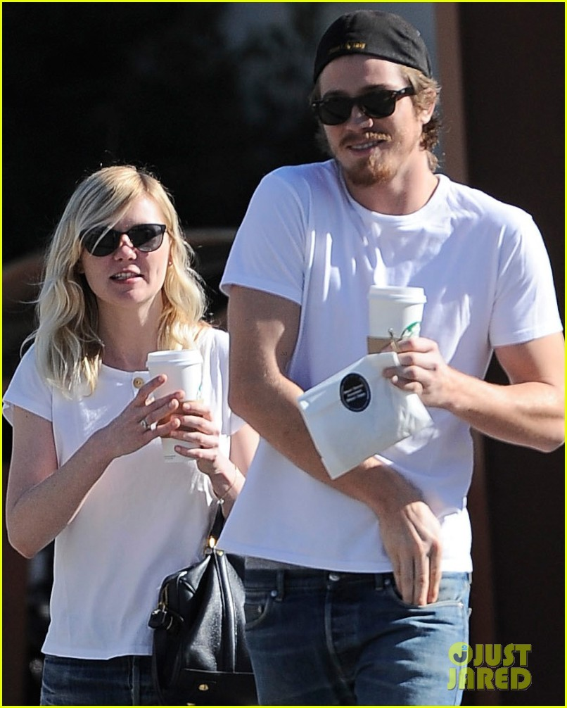 kirsten dunst starbucks stop with garrett hedlund 03