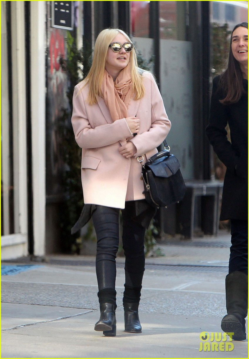 dakota fanning out friends nyc 01