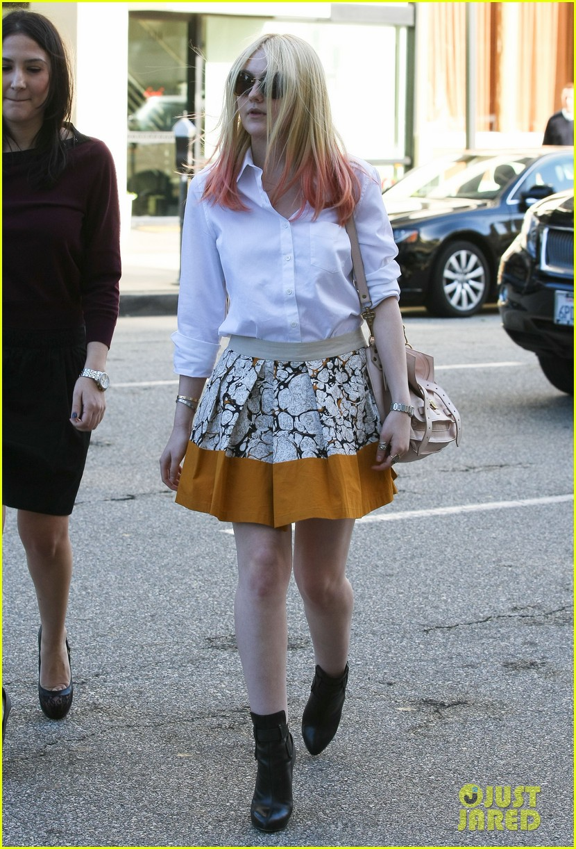 dakota fanning hot pink hair 052619268