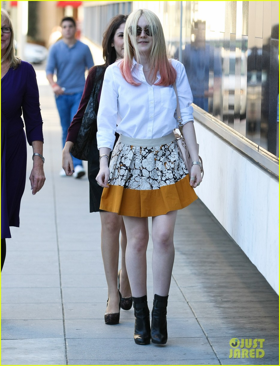 dakota fanning hot pink hair 072619270