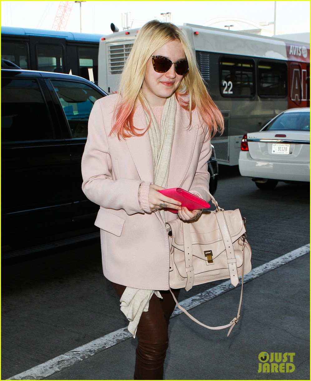 dakota fanning airport pink tips 02
