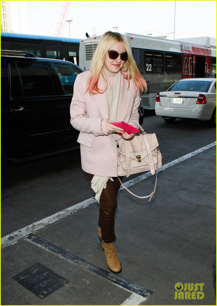 dakota fanning airport pink tips 042620426