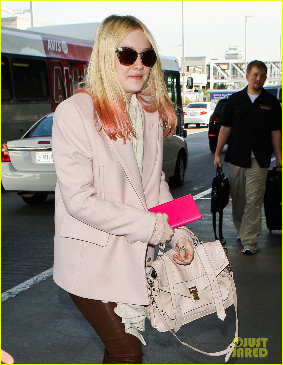 dakota fanning airport pink tips 052620427