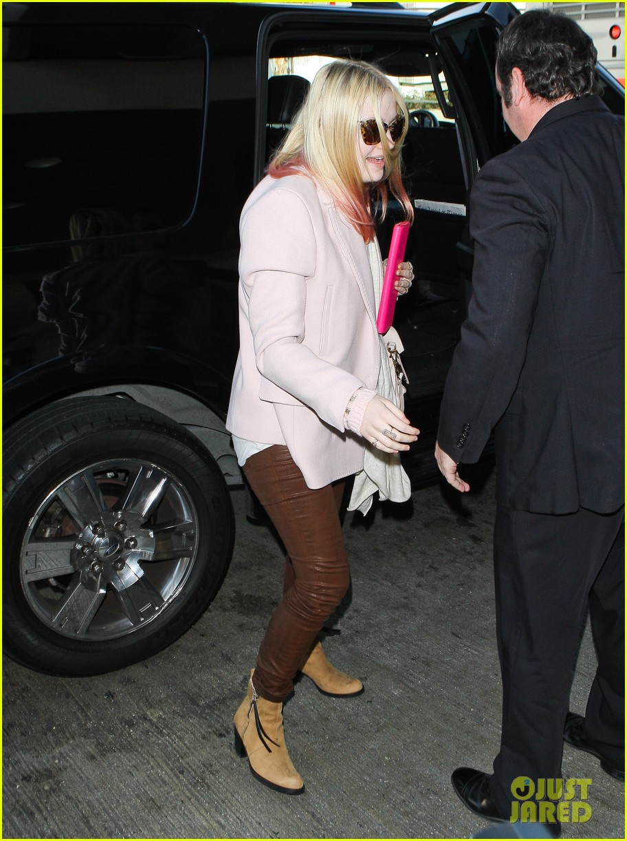 dakota fanning airport pink tips 072620429