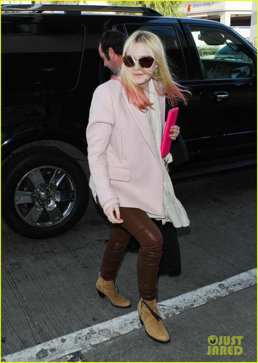 dakota fanning airport pink tips 092620431