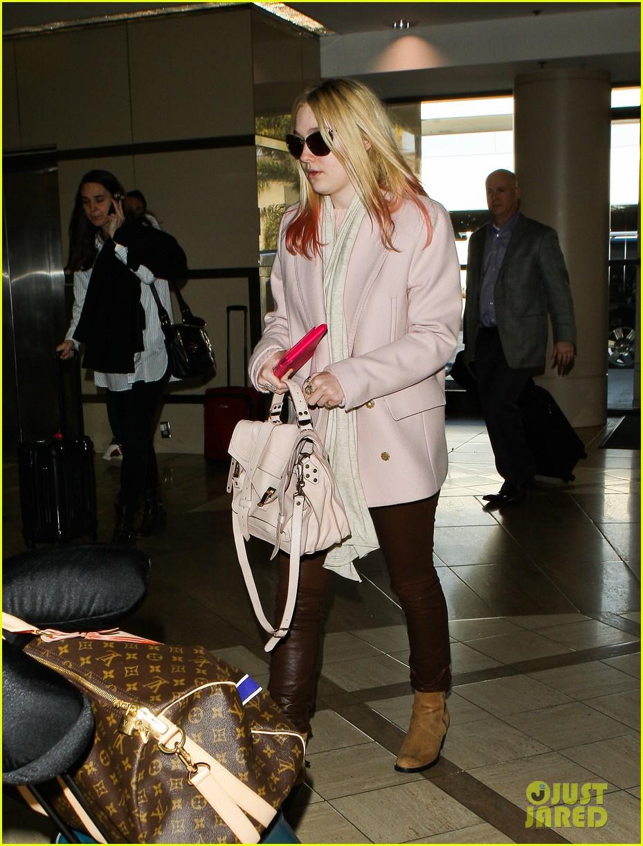dakota fanning airport pink tips 122620434