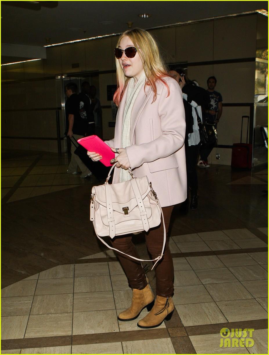 dakota fanning airport pink tips 142620436