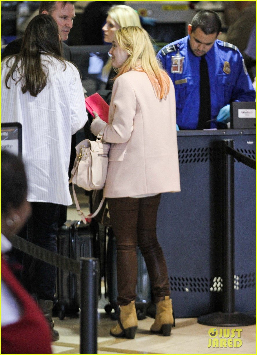 dakota fanning airport pink tips 162620438
