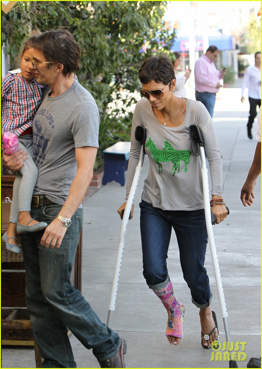 halle berry crutches olivier martinez nahla lunch 042623308