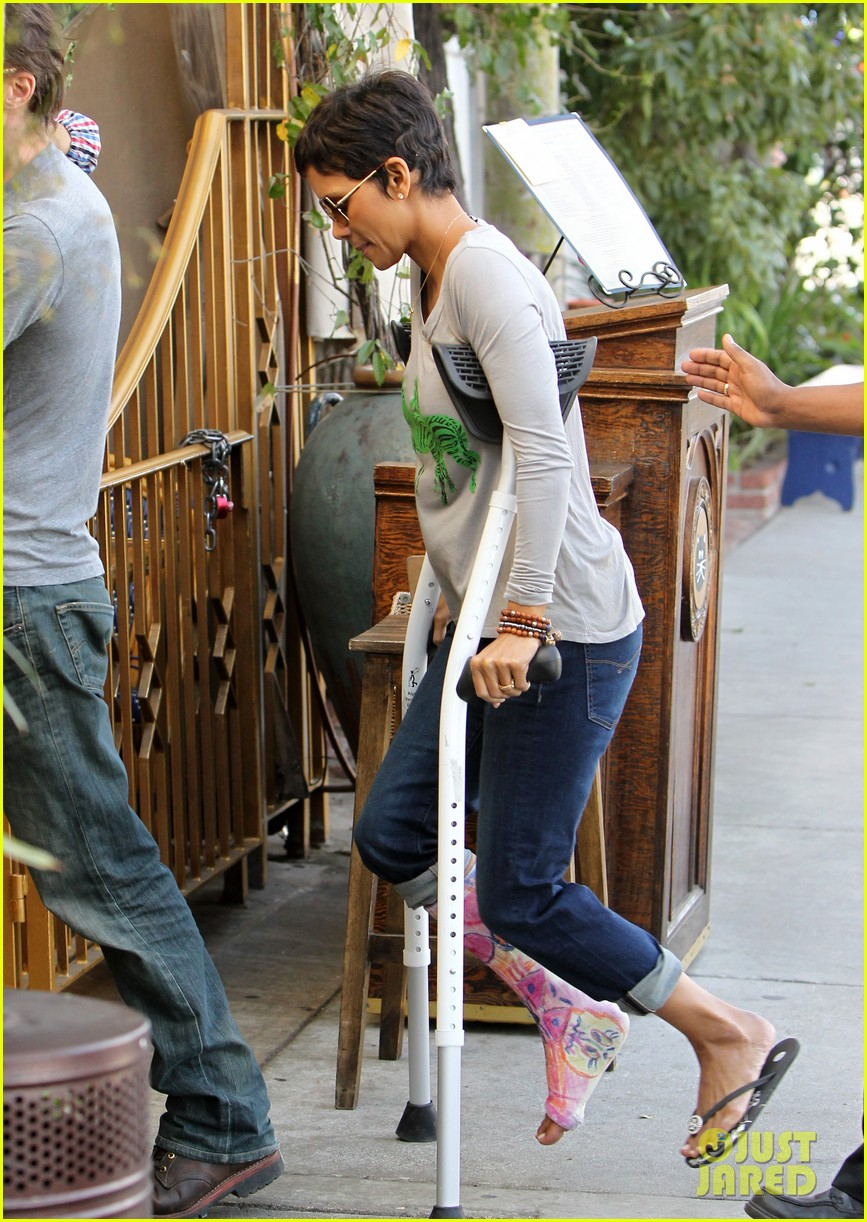 halle berry crutches olivier martinez nahla lunch 05