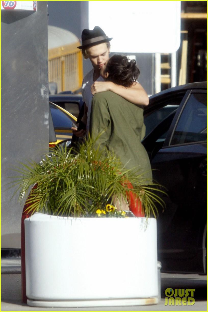 vanessa hudgens austin butler gas station kiss 032616272