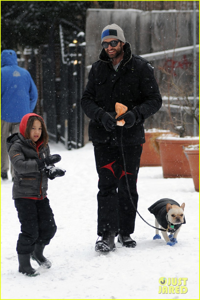hugh jackman ava snowball fight 03