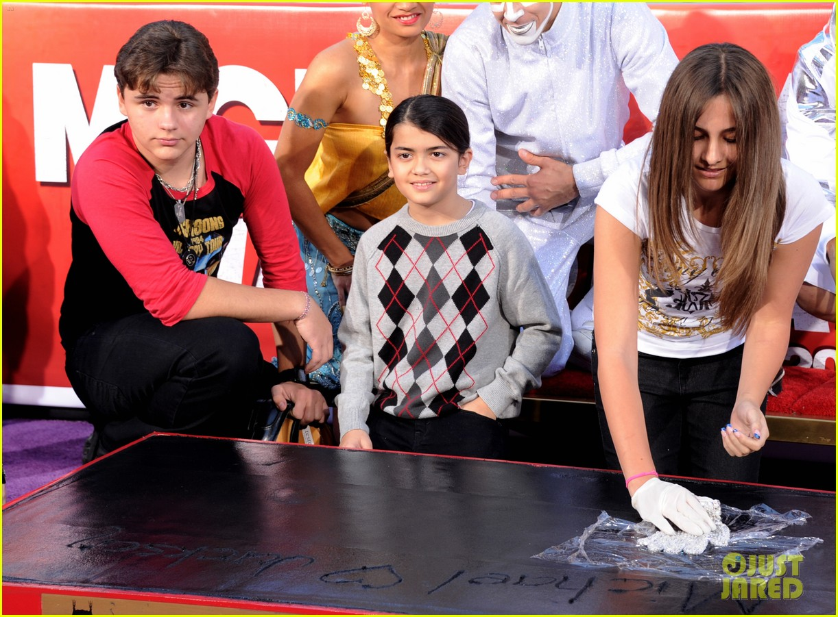 michael jackson blanket paris handprint ceremony justin bieber 102622271