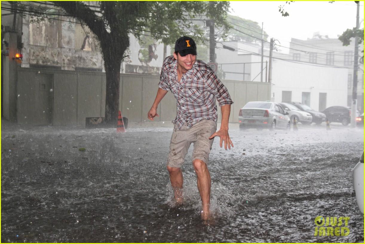 ashton kutcher surfing sao paolo 052621647