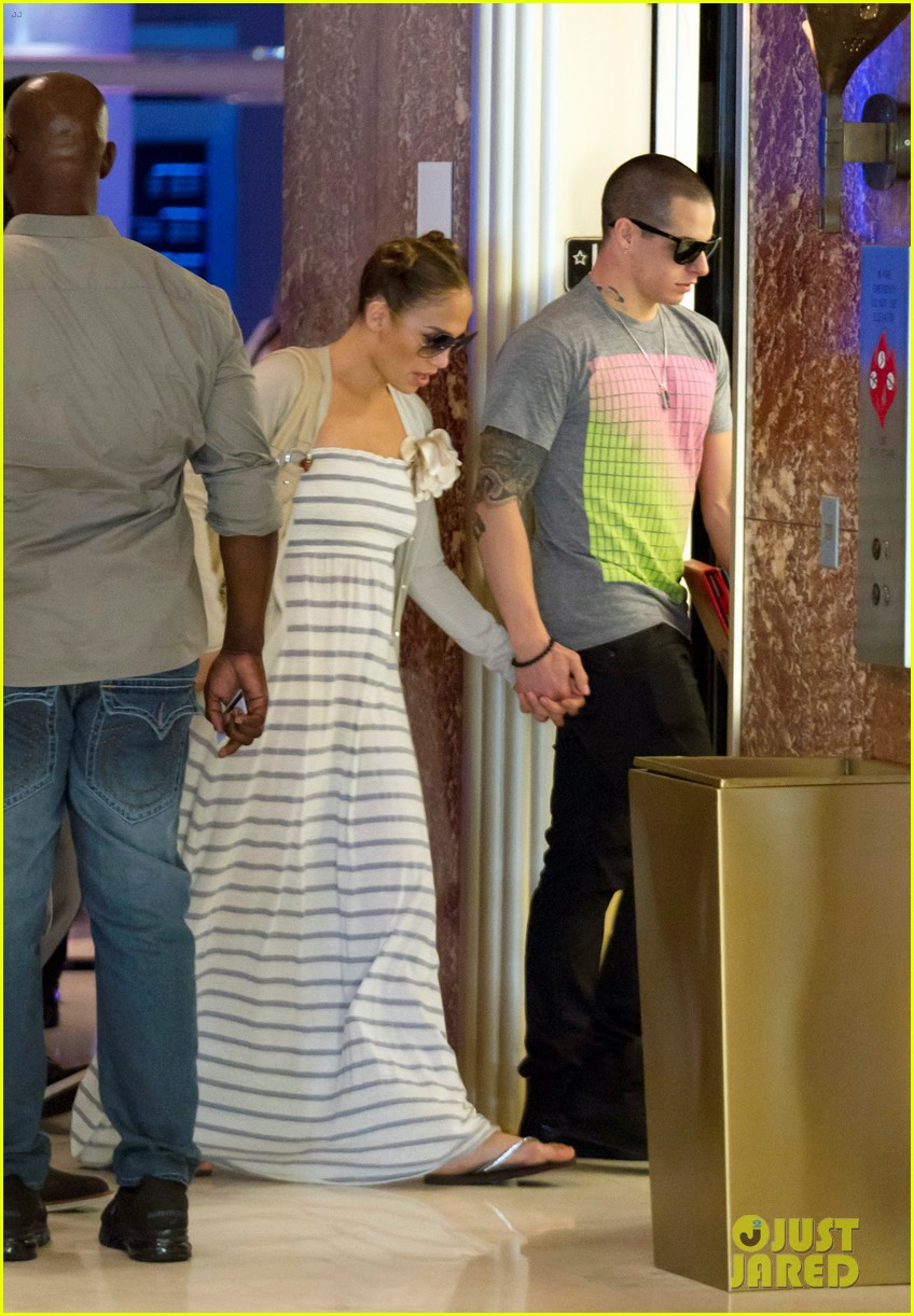 jennifer lopez casper smart holding hands 032622886